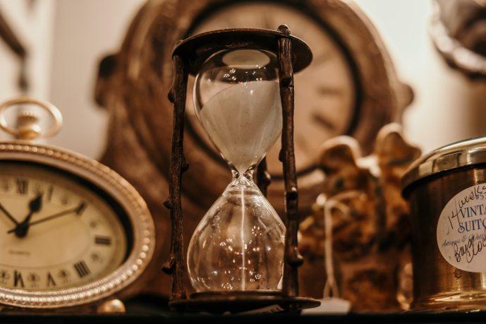 Shallow focus of clear hourglass (Jordan Benton_Pexels)